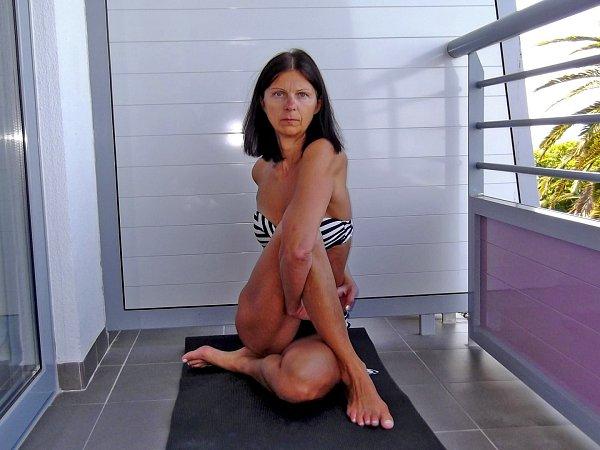 Jana Konrádyová při cvičení.