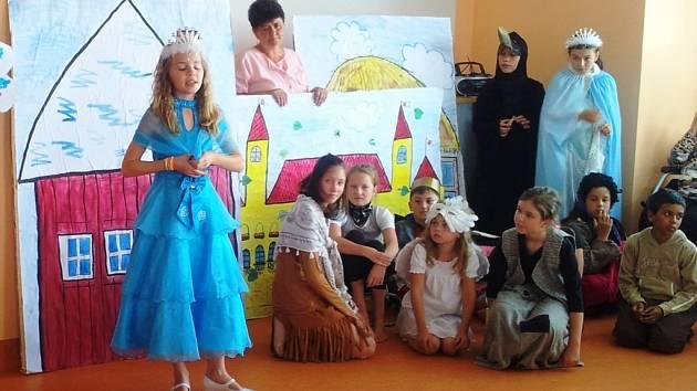 Postřekovští školáci hráli v domažlickém penzionu.