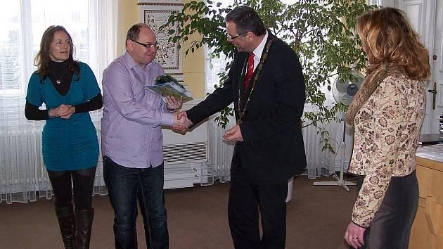 Včera dopoledne přijal účastníky projektu Comanius  starosta Domažlic Miroslav Mach