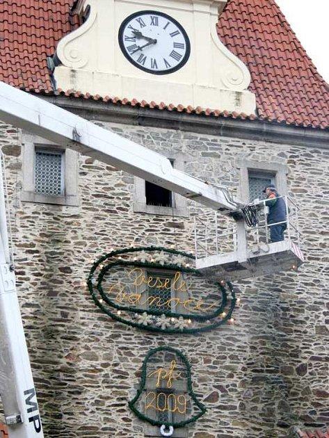 Historická domažlická brána už je připravena na Vánoce.