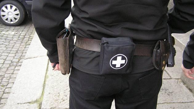 Městští strážníci mají novou lékárničku na svých opascích.