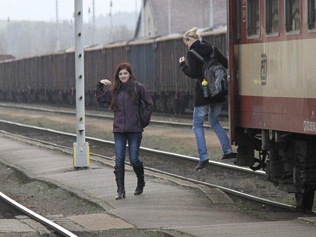 Vystupování z vlaku na domažlickém nádraží.