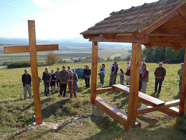 Svěcení kříže u brudecké vyhládky se ujal mrákovský farář P. Jindřich Suchánek