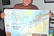 David ukazuje mapu, pomocí které brázdili s motorkami Maroko a okolní země.