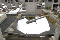 Zanedbané hroby, které už nemají majitele, mohou být nebezpečné pro návštěvníky hřbitova. Opraví je obec.