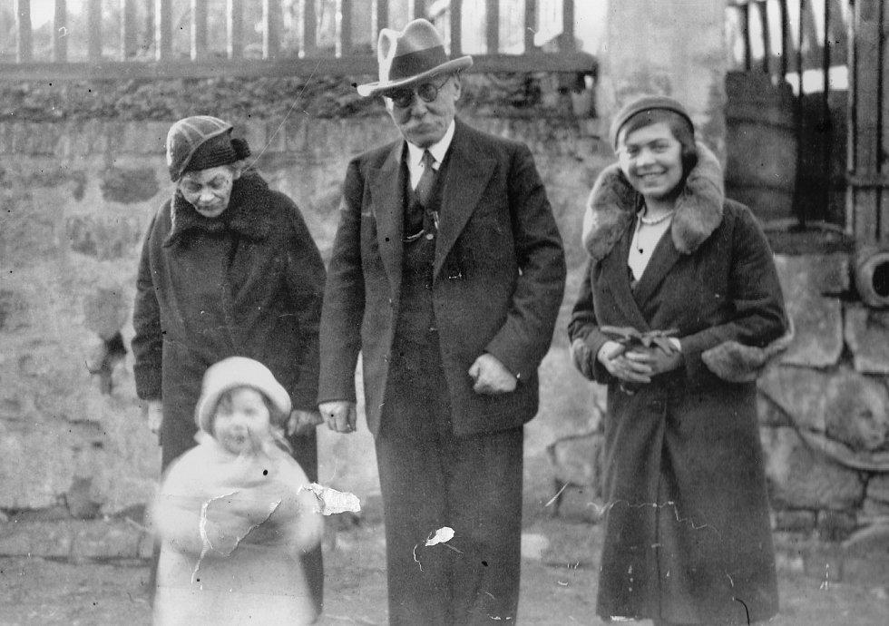 Eva Erbenová, rozená Löwidtová, s maminkou a prarodiči v roce 1932.
