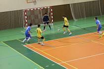 Futsalisté FC Dynamo Horšovský Týn (ve žlutém) po slibném vývoji nakonec nezvládli utkání proti tabulkovému sousedovi FC Kozí Doly Hříchovice a prohráli s ním o dva góly.