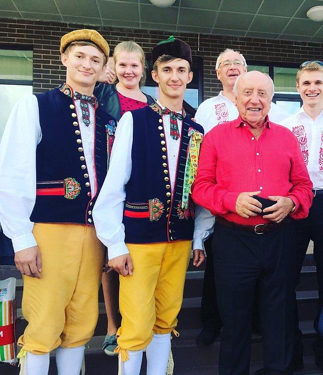 Bratři Hynek a Patrik Hradečtí s hudebníkem Felixem Slováčkem. Foto: archiv P. Hradeckého