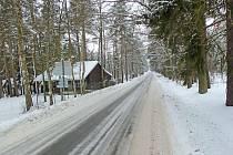 Ledovka u Krchleb. Silničáři proti zimě bojují drtí, sůl schovávají pro silnice první třídy.