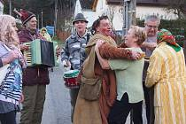 Z MASOPUSTU V ÚJEZDĚ SVATÉHO KŘÍŽE. Také ten letošní se v malé obci na Bělsku vydařil.