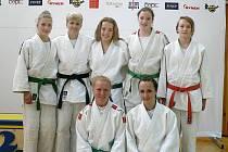 Na fotce stojící zleva Kamila Forstová, Jaroslava Záhořová, Eva Marešová, Adéla Kabourková, Veronika Heberleinová a zleva klečící Štěpánka Krutinová a Lucie Špringerová.