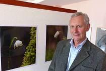KAREL IHA nám zapózoval u svých fotografií při nedávné výstavě sdružení FotoKomPost.