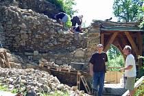 Pod dozorem archeologů a památkářů se dozdívá sesutá část hradby a dospáruje se zdivo předbraní. Práce na vstupní bráně budou dokončeny do začátku prázdnin.