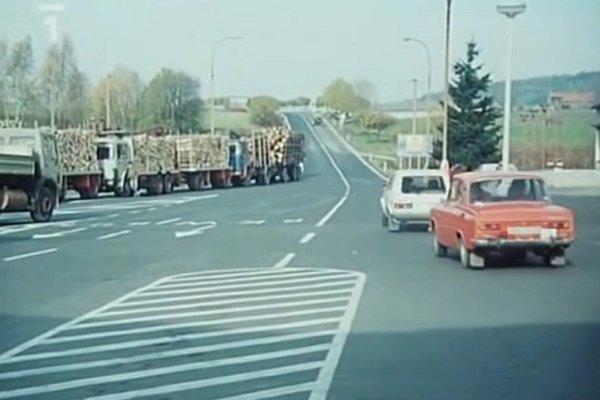 Vsedmé minutě filmu špiónka Eva Krausová (Jana Březinová) po předání informací nasedá do auta a odjíždí zcelnice směrem do Československa.