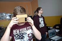 Staňkovští školáci měli možnost vyzkoušet brýle Google Cardboard.
