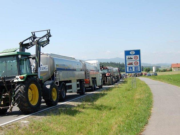 Zhruba osmdesátka bavorských zemědělců zatarasila dnes po ránu dvacítkou svých traktorů silnici jen kousek za čárou hraničního přechodu Všeruby/Eschlkam
