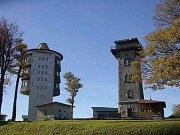 Čerchov. Obě věže - vlevo vojenská a vpravo Kurzova.