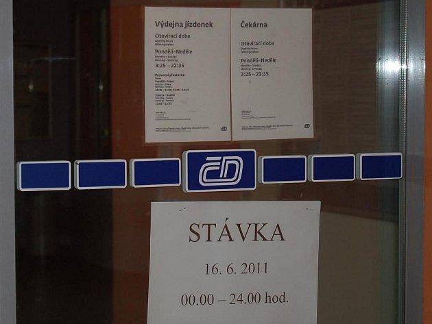 DNES NEJEDEME: Zavřené dveře na domažlickém nádraží.