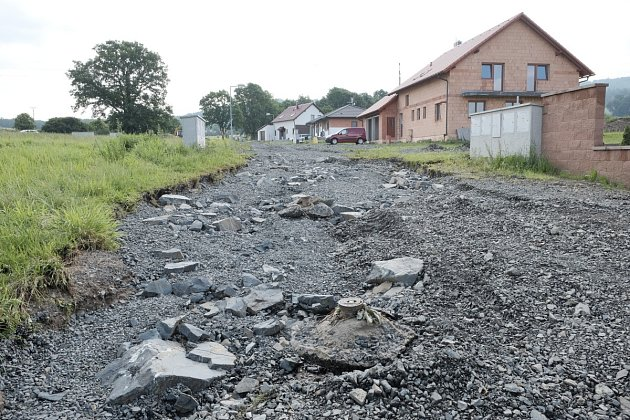 VHRADIŠTI zničila voda cestu krodinným domků a odnesla štěrk a kameny směrem do vsi.