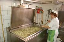 Eva Clišicová vaří pro stovky strávníků vaječnou polévku.