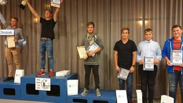 Juniorský reprezentant ve sportovním rybolovu David Nejdl (druhý zprava) skončil pátý ve Světovém poháru.