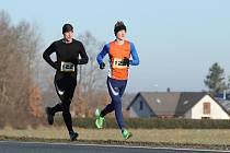 Vlastní závod si na Novoročním běhu v Draženově udělali Jakub Davidík (sč. 123) a Tomáš Jaša (sč. 122). Z triumfu se nakonec radoval o deset let mladší Davidík, který bude chtít navázat na úspěšný rok 2019. Běh absolvovalo rekordních 123 účastníků.