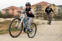 PUMPTRACK  je jedna z novějších bikerských disciplín, která si velkou popularitu získává i v Česku.