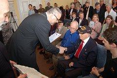 Robert Gilbert přebírá 5. května 2016 dekret o udělení čestného občanství Domažlic z rukou starosty Miroslava Macha.