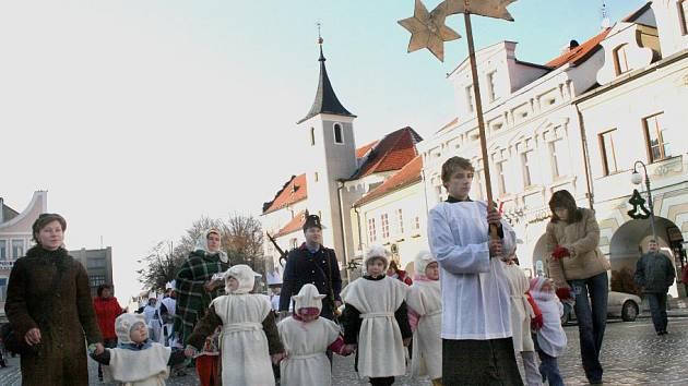 ZAČÁTEK TŘÍKRÁLOVÉHO KOLEDOVÁNÍ. V Domažlicích i tentokrát došel průvod skupinek Tří králů od klášterního kostela k arciděkanskému.
