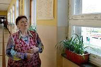 Školnice Marie Knödlová pozoruje plastová okna, která brzy budou po celé škole. Současné dřevěné rámy jí nevyhovují.