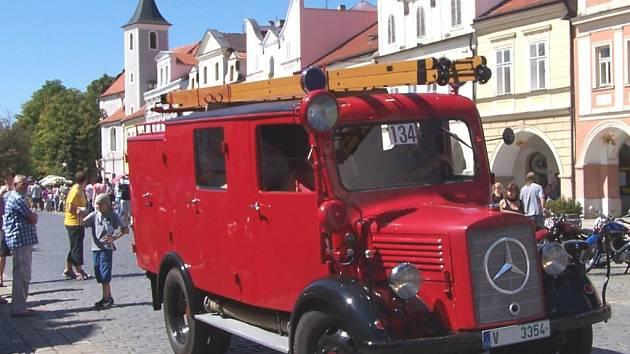 Ve startovním poli Jízdy spolehlivosti historických vozidel nebude ani letos chybět 65 let starý hasičský vůz Mercedes horšovskotýnského Josefa Míška. Foto: Jan Pek