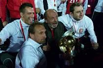 Trenérská dvojice Stanislav Levý (druhý zprava) a Zdeněk Bečka (druhý zleva) se raduje z titulu mistra albánské fotbalové ligy.