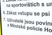 Detail tabule na Městském stadionu v Horšovském Týně.