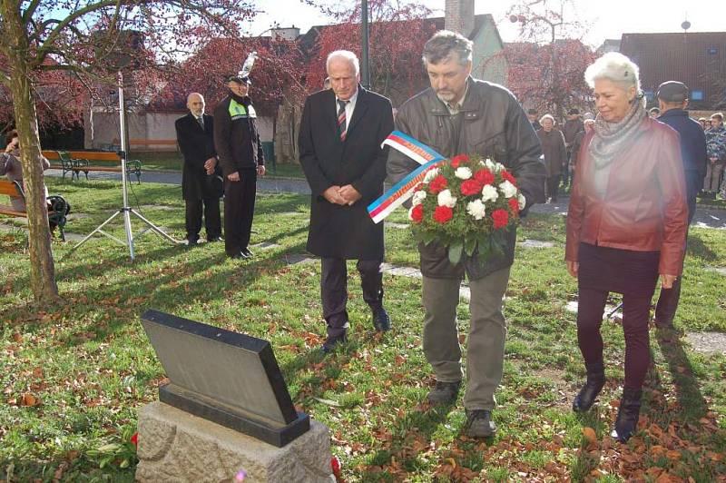 Ze setkání u pamětní desky třetímu odboji v Domažlicích konaného u přílžitosti Dne boje za svobodu a demokracii.