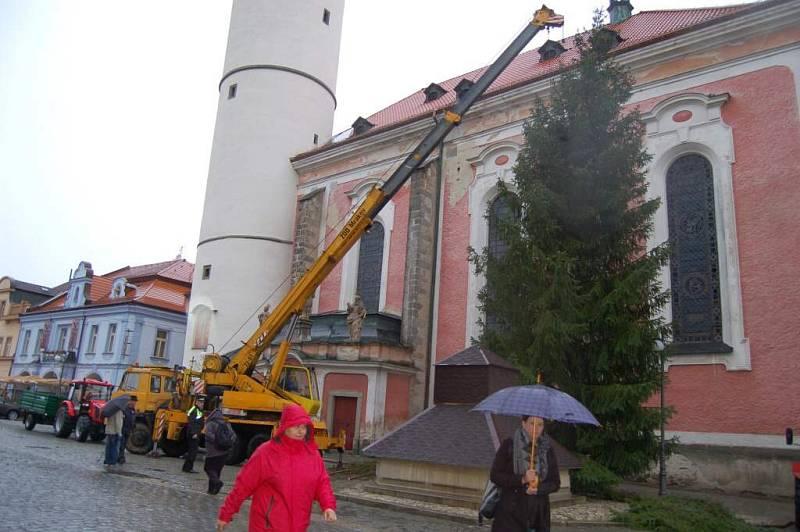Instalace vánočního smrku na domažlickém náměstí.