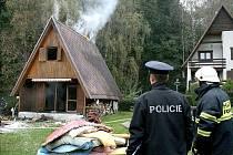 Při požáru chaty se hasiči i policisté snažili zachránit z vybavení hořícího objektu co se dalo. Během požáru naštěstí nebyl nikdo zraněn.