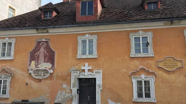 Freska Panny Marie na poběžovické faře potřebuje obnovit. Dobrovolníci uspořádali sbírku. Předtím nechali vyčistit střechu budovy.