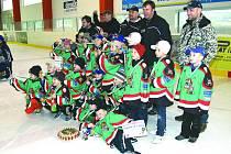 Společný snímek hokejistů 1. a 2. tříd HC Domažlice s trenéry.