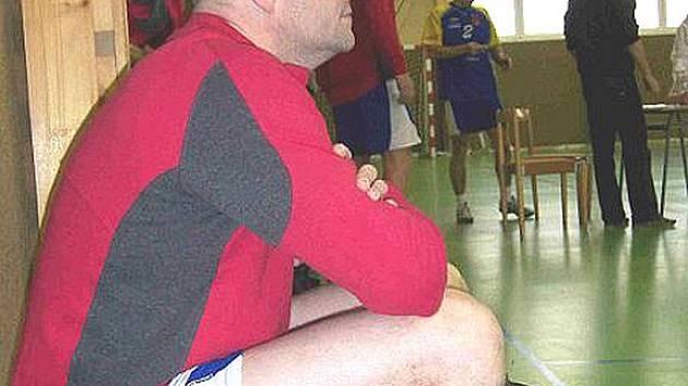 VOLEJBALISTÉ JISKRY VYHRÁLI. Na snímku je Miroslav Veselý těsně před svým nástupem na hřiště. Veselý si proti soupeři ze Skvrňan vyzkoušel pro něj nezvyklý post smečaře a rozhodl zápas.
