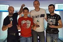 Koulárna Cup 2019 se stal kořistí Tomáše Vrby (druhý zprava) před Václavem Podskalským (vlevo) a Tomášem Pospíšilem (vpravo). Druhý zleva provozovatel Milan Obdržálek.