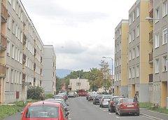 PŘED ZATEPLENÍM. Revitalizací by měli projít i panelové domy v ulici 17. listopadu.