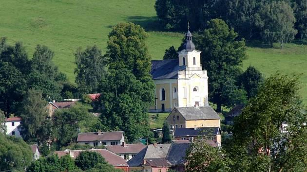 NEMANICE. Vsi v sousedství hranic s Německem vévodí kostel sv. Jana Nepomuckého, v němž se každou první neděli v měsíci konají bohoslužby.