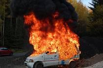 Dílští a postřekovští hasiči zdolávali požár auta.