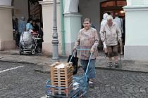 Fronta před staňkovskou pekárnou v Domažlicích.