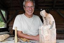 UMBERTO RIGHERO. Italský umělec přijel letos na sympozium dříve a věnoval se výrobě sošky. Její předchůdkyni kdosi ukradl.