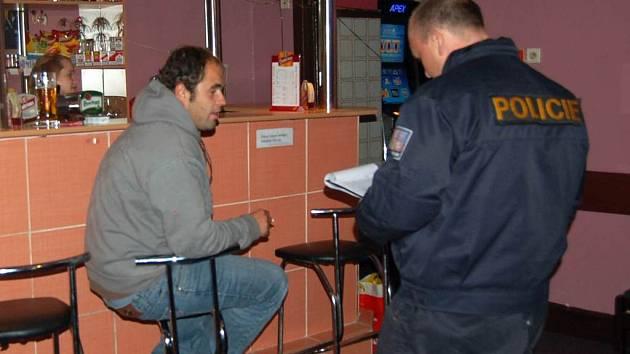 Z dvoudenní kontroly cizinecké policie v ubytovnách, hernách a barech.