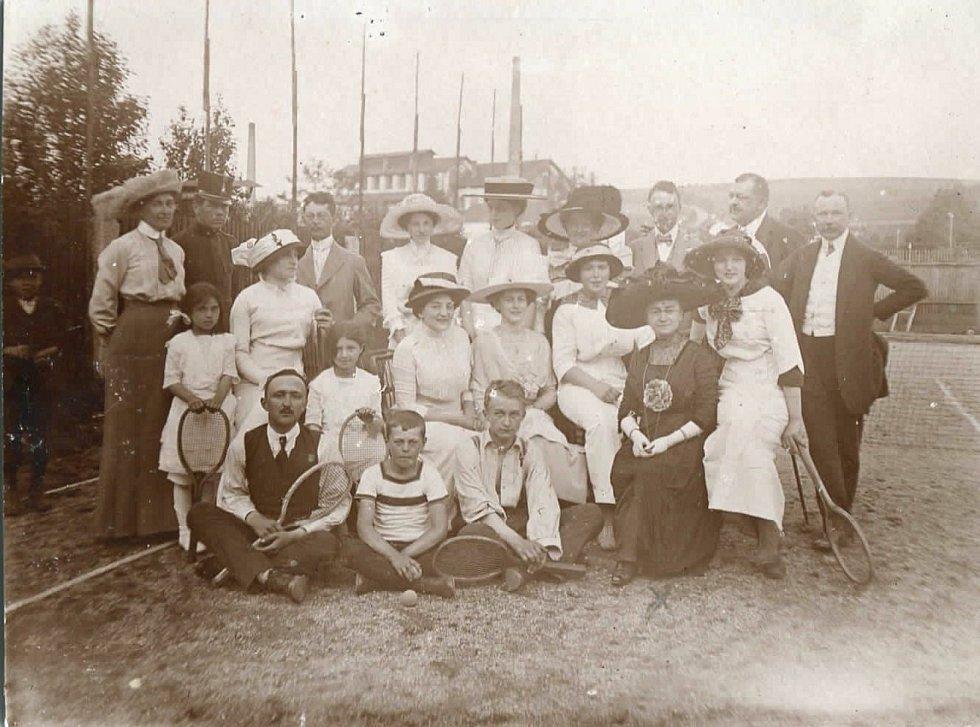 Tenisový klub na počátku 20. století v Horšovském Týně.  Foto: archiv výstavy