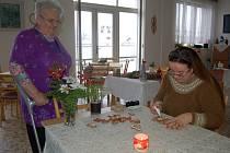 Vánoční perníčky zdobila Jitka Heřmanová i v městském domově seniorů v Baldovské ulici. Přihlížela i obyvatelka Marie Hanáčková.