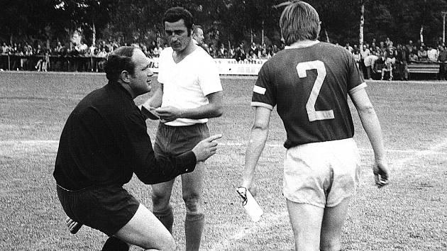LEGENDA OKRESNÍ KOPANÉ SLAVÍ. Jubilant Josef Sokol (vlevo) a Václav Samek jako kapitáni svých týmů před zahájením zápasu Staňkov – Dukla Praha (0:1), který se hrál na staňkovském škvárovém hřišti 19. července 1973.
