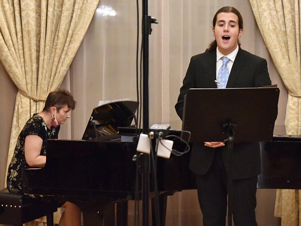 Zpěvák Jindřich Krstev s klavíristkou Romanou Schuldovou.